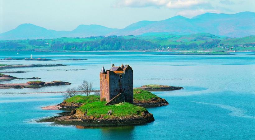 Le château de Stalker, au Loch Laich, est accessible à pied sec (par marée basse). DR