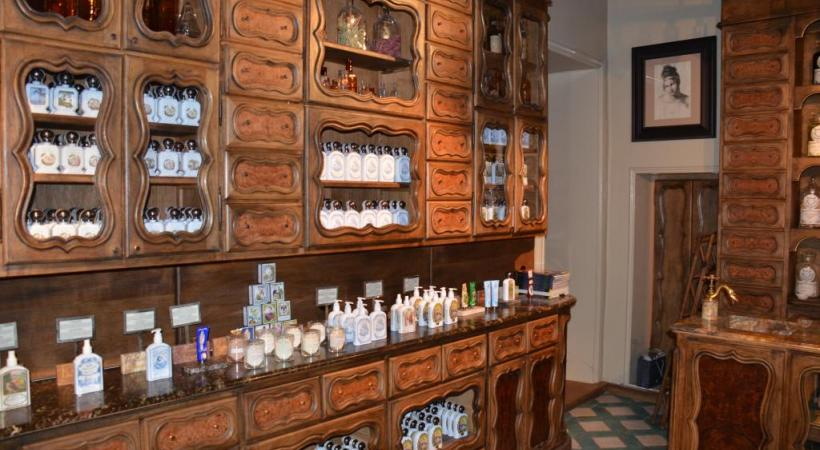 La Pharmacie Buly. CYR