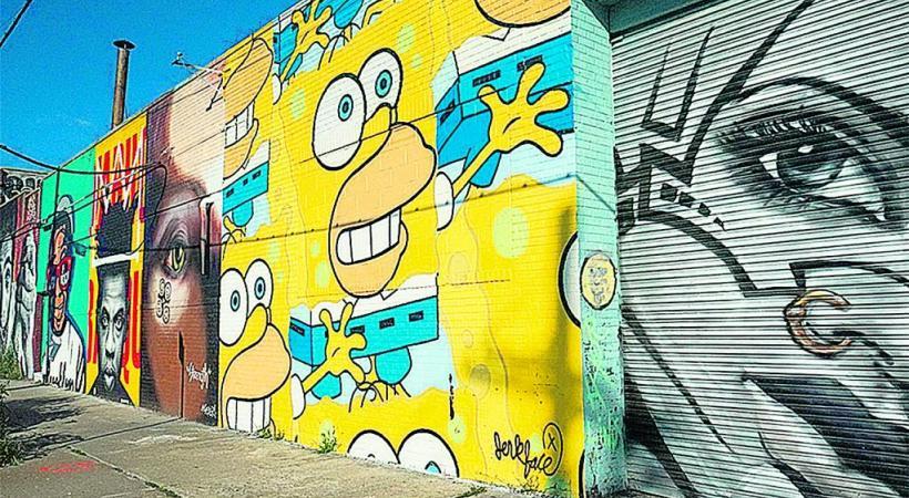 L'esprit familial et multiculturel du Bushwick Collective. EH Les fresques égaient les murs de briques d'anciennes usines désaffectées. 3RD CULTURE CREATIVE Le propriétaire a accepté que son mur soit recouvert par le travail d'artistes. EH  Le restaurant Roberta's.EH