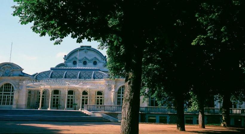 La France des volcans, l'Auvergne, est connue des touristes du monde entier.  Le Grand Café, à Moulins, une des dix plus belles brasseries de France datant de 1900.  Chaudes-Aigues, dans le Cantal. L'aligot, une spécialité locale.