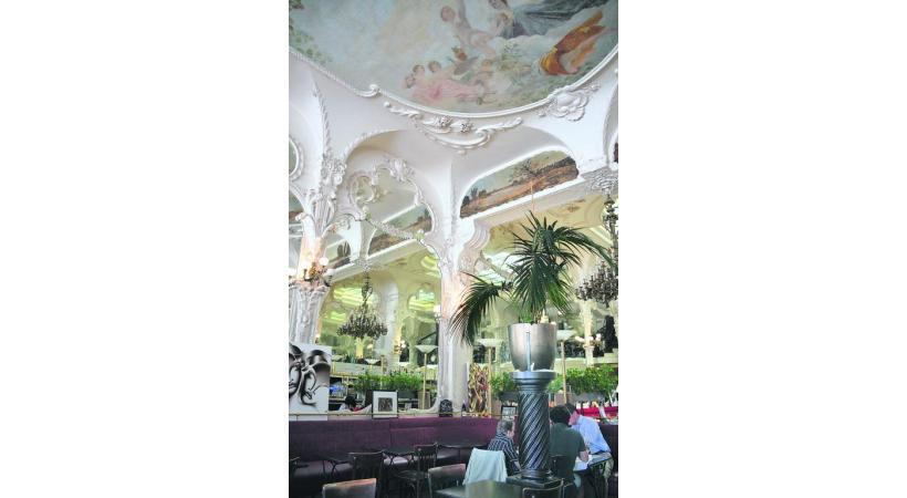 Le Grand Café, à Moulins, une des dix plus belles brasseries de France datant de 1900.