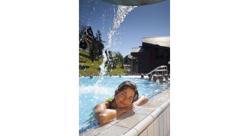 L'eau des bassins extérieurs est chauffée à près de 35 degrés. PHOTOS BAINS D'OVRONNAZ