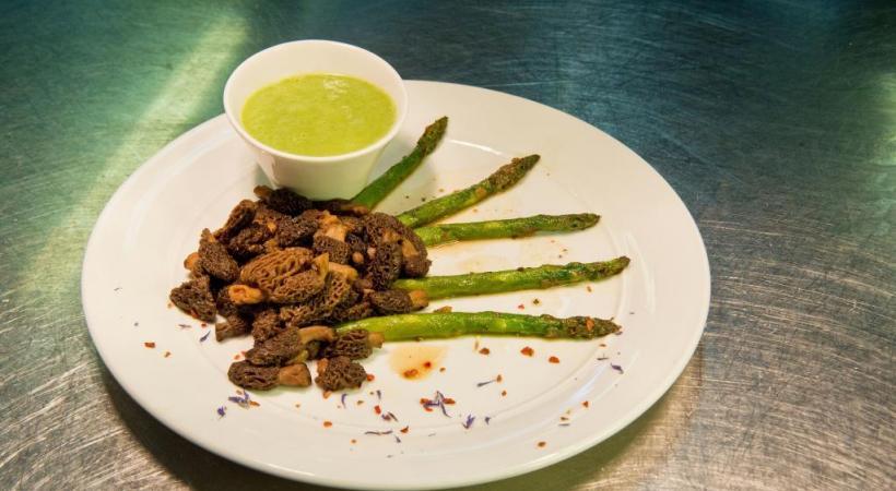 Asperges vertes rôties et morilles étuvées, fin velouté en sauce
