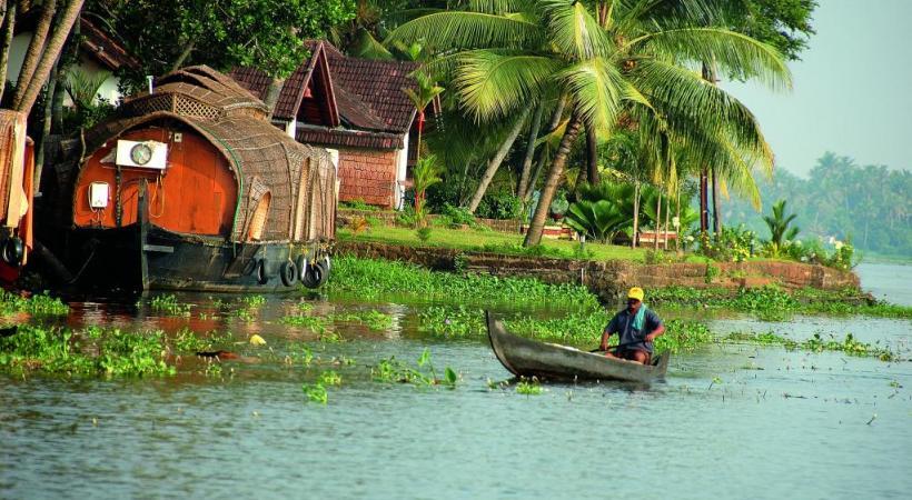 Les célèbres «Backwaters» du Kerala, un immense dédale de canaux, lagunes et lacs bordés de palmiers.