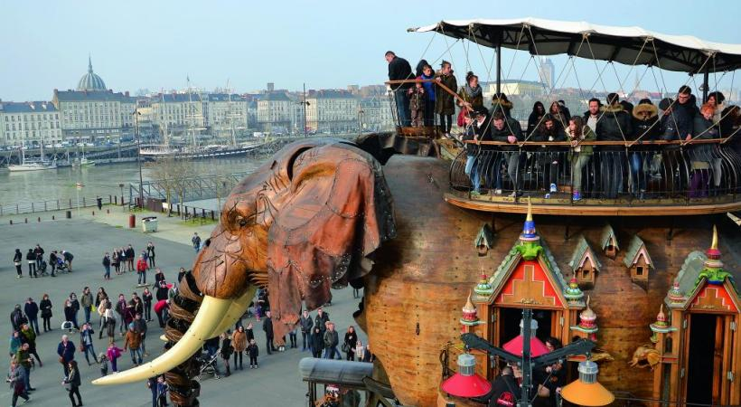 «Le Grand Eléphant» est le symbole des Machines de l'île et peut transporter 50 passagers. Sur l'autre rive de la Loire, le Belem, plus ancien trois-mâts en Europe (1896). ALAIN BOSSU.