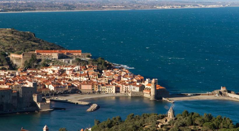 Joyau agrafé à la Méditerranée, Collioure est mère du fauvisme dont on suivra les traces dans la ville avec 19 reproductions de Matisse et Derain. TOURISME PYRéNéES-ORIENTALES
