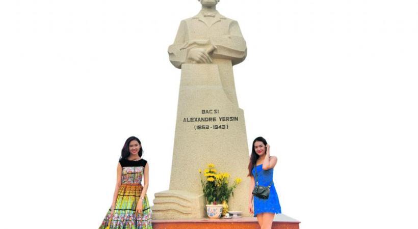 Jeunes Vietnamiennes au pied de la statue de Yersin à Nha Trang.