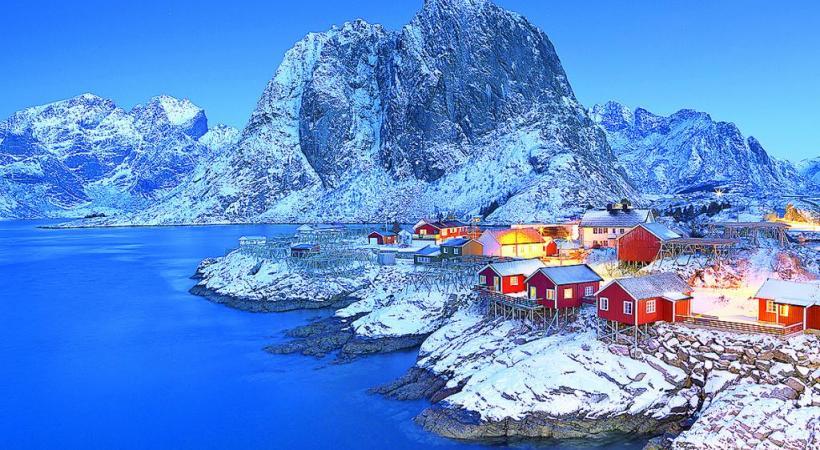 Une saison où la lumière s'avère particulièrement photogénique. VADIM PETRAKOV Découvrir la pêche en haute saison. CARDAF Superbe édifice éphémère à Kemi. BP Excitation des huskies avant le safari polaire. BP Magie de l'archipel des Lofoten en hiver.  La période de Noël ajoute sa touche de féerie. BP Pourtant active en hiver, Tromsø semble figée sous la neige. DR Magie de l'archipel des Lofoten en hiver. V. BELOV L'archipel des Lofoten. Félix Lipov SARA WINTER
