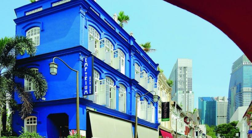 Contraste entre les buildings ultra modernes et les constructions coloniales.