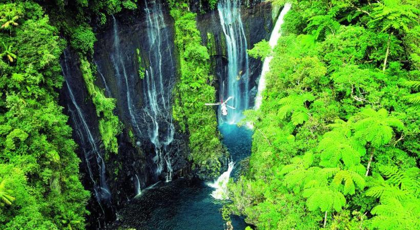 La balade en hélicoptère est le moyen le plus efficace pour découvrir les richesses de La Réunion comme ici à Takamaka. IRT/SERGE GELABERT