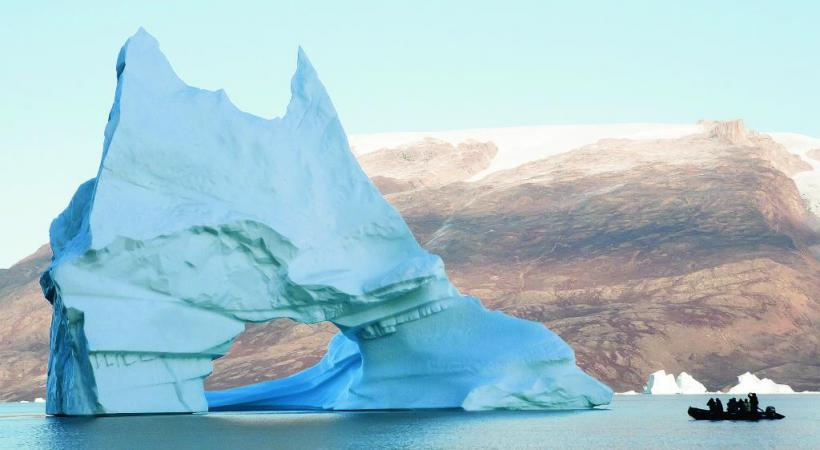 En zodiac devant l'iceberg.