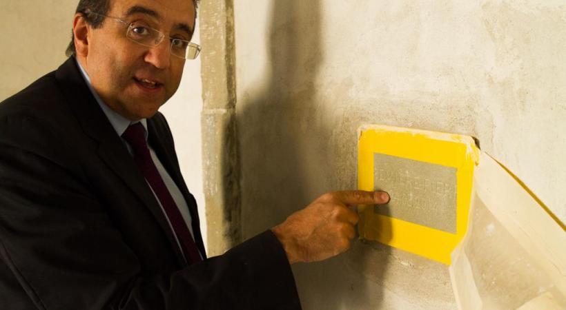 Pascal Broulis et la première pierre du Parlement, où une plaquette sera apposée une fois les travaux terminés. Misson