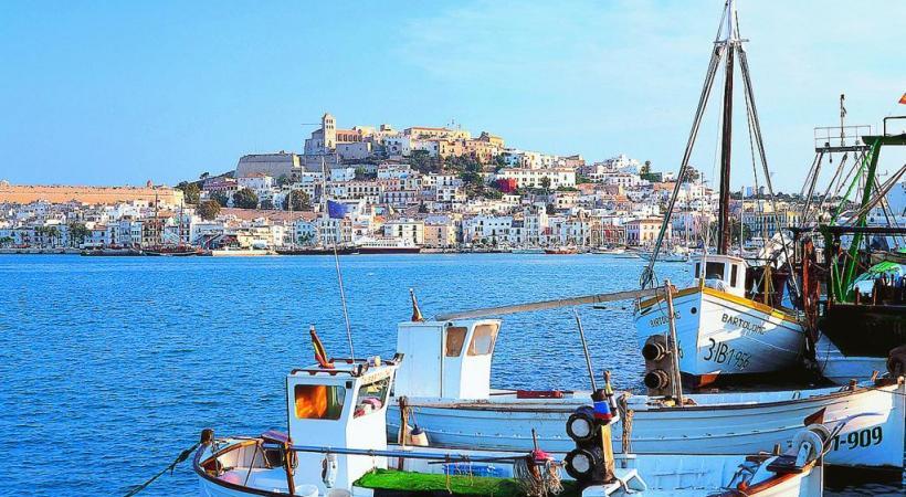 La vieille ville d'Ibiza depuis le port de pêche. TURESPAñA Cáceres. Gettyimages