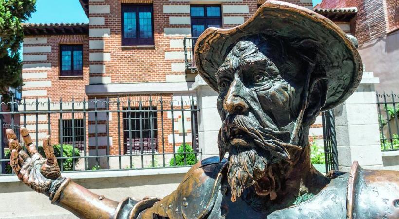 Don Quichotte devant la maison natale de Cervantès à Alcalá de Henares. PIXABAY.COM