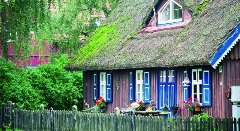 Des toits de chaume maintenus dans la tradition. Nicole Bratke Riga.