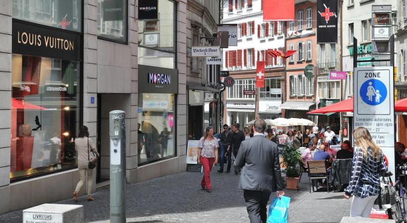 Agréable et marchande le jour, la rue de Bourg change de visage la nuit tombée. Verissimo