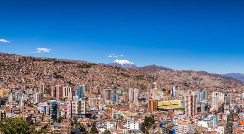 La Paz avec, en toile de fond, le Nevado Illimani (6462 m.). DIEGO GRANDI