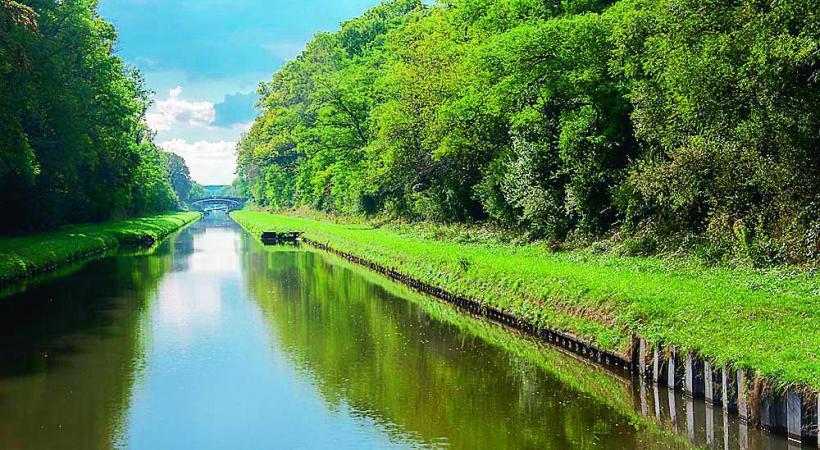 Le canal de Marne pour une promenade apaisante au fil de l'eau. CROISIEUROPE/DR L'abbaye d'Hautvillers, berceau du Champagne. DR La cathédrale de Reims compte 2303 sculptures… DR Les croisières sont ponctuées par le passage des écluses. DR
