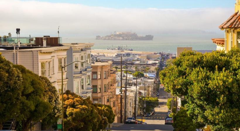 La mythique prison d'Alcatraz se laisse découvrir en arrière-plan. DR