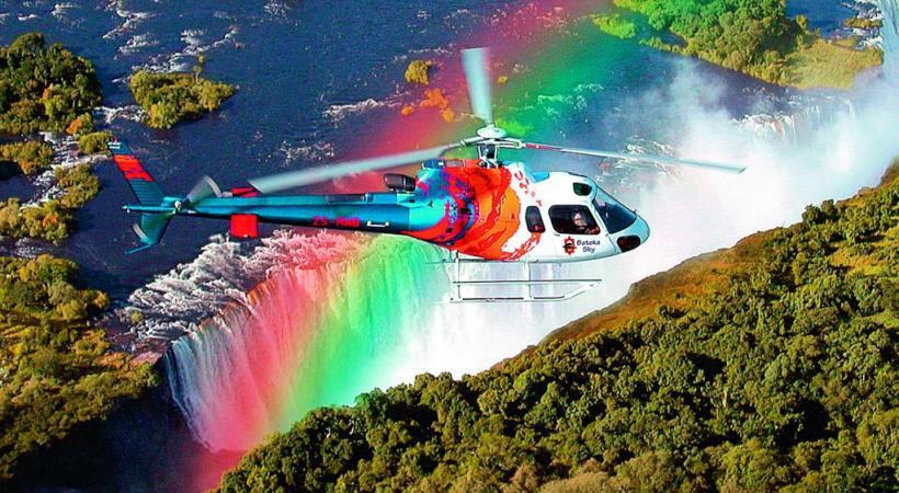 Le survol en hélicoptère des chutes Victoria, sur le fleuve Zambèze, à cheval entre la Zambie  et le Zimbabwe: un must. CROISIEUROPE