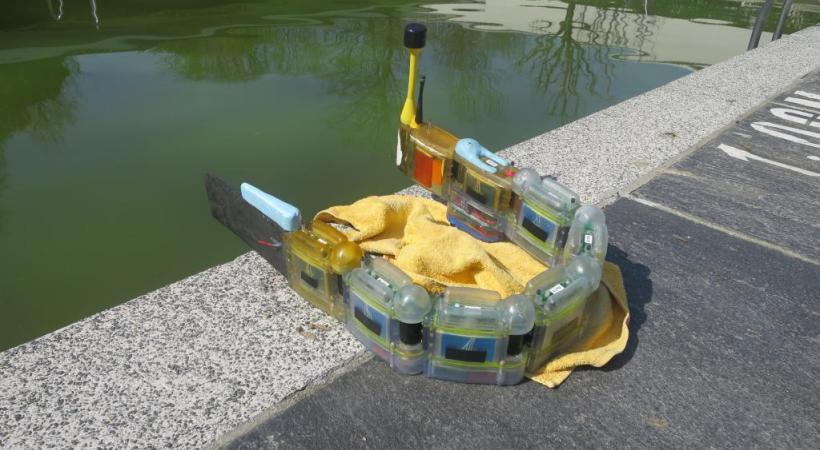 """""""Envirobot"""" à l'oeuvre sur les rives du Léman. dr"""