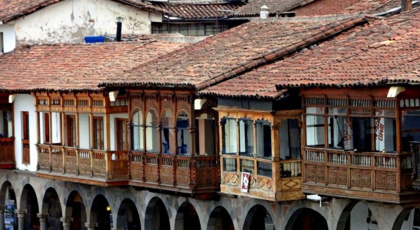 Des balcons de bois sculptés à Cuzco.
