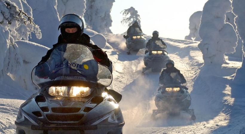 Les motos neige sont une alternative aux attelages de traîneaux.