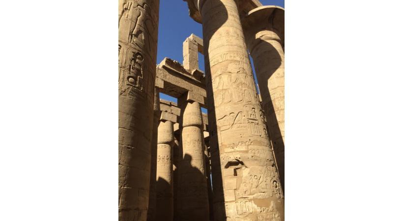 Les épaisses colonnes finement décorées de Karnak.