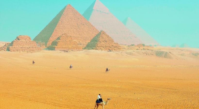 L'incomparable site de Gizeh avec, au centre, la pyramide de Chéops (146 mètres de haut).