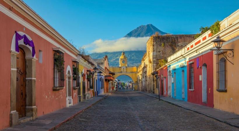 Baroque, cosmopolite, lumineuse, spacieuse, Antigua, l'ex-capitale, est un voyage colonial à elle seule.