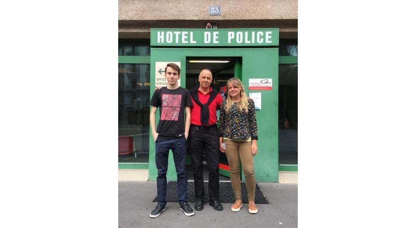 Marylou et Evan, deux apprentis qui ont brillamment réussi cet été leur CFC d'employé de commerce, en compagnie du Commandant, le Colonel Pierre-Alain Raemy». dr