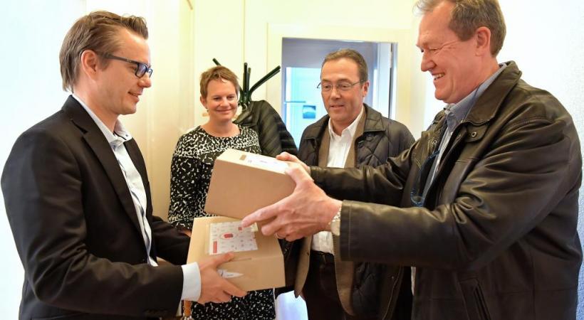 Philippe Bovet et Guy Gaudard, respectivement président et vice-président de l'Association des commerçants, lors de la remise de la pétition.verissimo