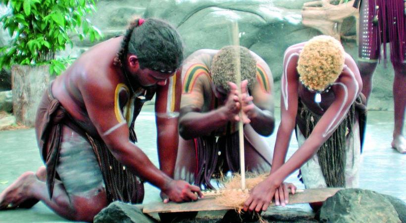 Premiers hommes sur le sol australien, les Aborigènes l'occupent depuis au moins quarante mille ans. Le plus grand récif corallien du monde compte plus de 2900 récifs et 900 îles. La Grande barrière de corail, fabuleux écosystème inscrit au Patrimoine de l'Unesco. La forêt pluviale, plus grande concentration d'espèces témoins de l'évolution des plantes, marsupiaux et oiseaux.