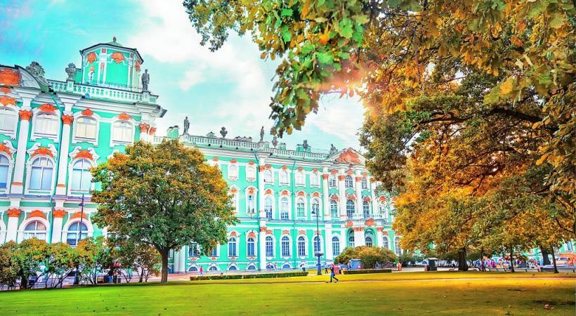 L'Ermitage, à Saint-Pétersbourg, est l'un des plus anciens musées d'art au monde. FOTOLIA    Le métro de Moscou et ses luxueuses stations: de véritables œuvres d'art. DR