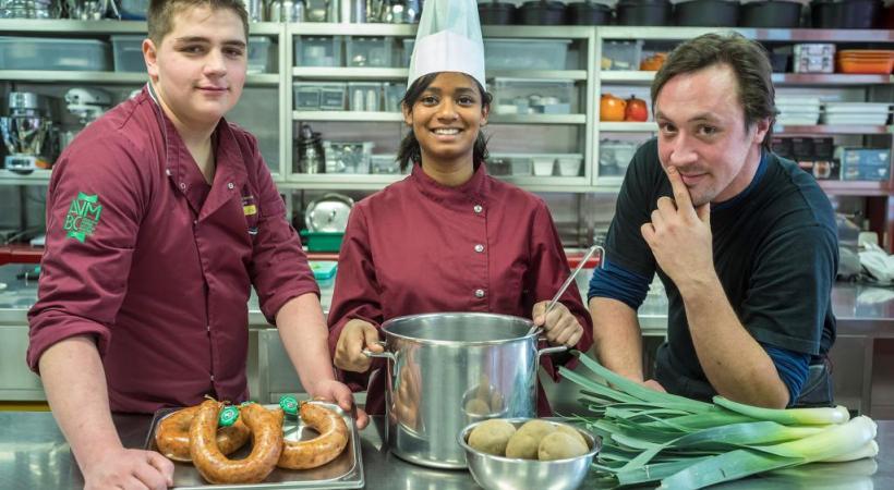 De gauche à droite, Cédric Meystre, apprenti  boucher à la boucherie Wyler, à Lucens, Faaisa Cali Awes, apprentie employée en cuisine à la Fondation Le Repuis, à Grandson et Alain Huys, apprenti maraîcher à Denges. ARC/SIEBER