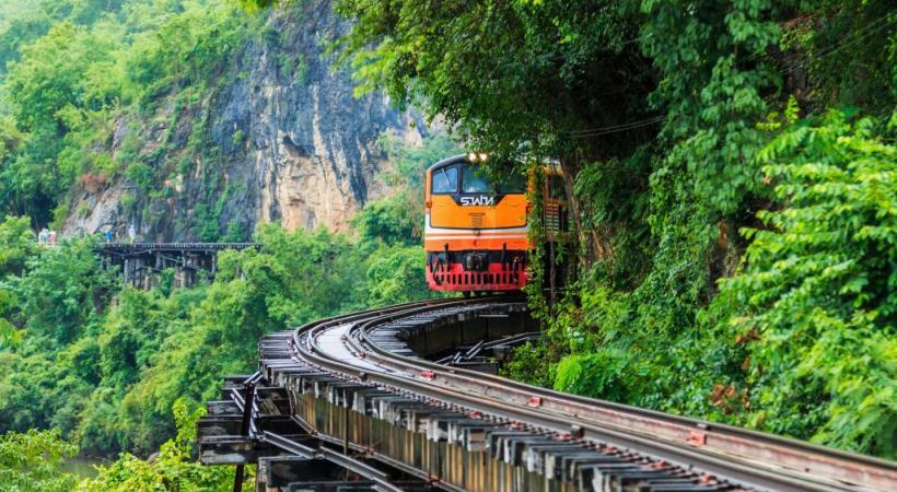 Spectaculaire trajet en train dans la région de Kanchanaburi.