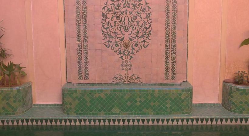 Dans la cour d'un riad.  Arche sculptée dans la Médersa Ben Youssef.  La cour du musée Yves Saint Laurent qui vient d'ouvrir ses portes. Une chambre dans un riad.