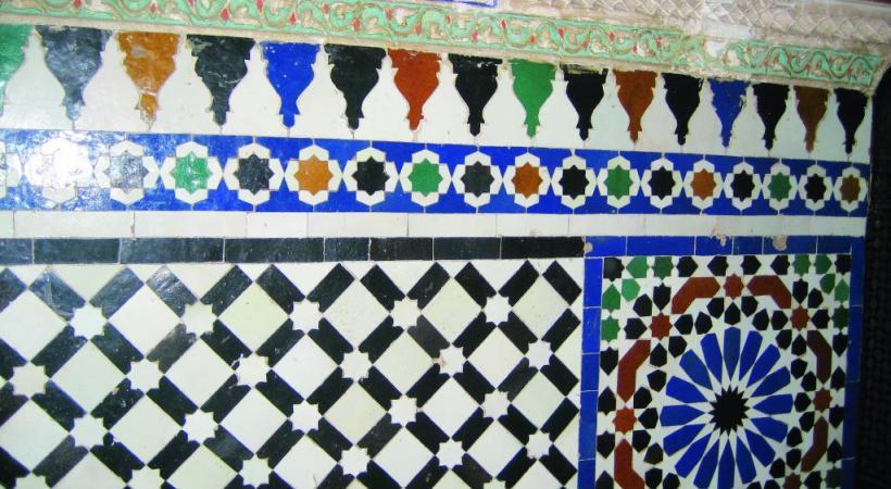 Dans le marché couvert de la Casbah, une échoppe de produits locaux dont la spécialité est le citron confit, utilisé notamment pour les tagines.  Dans la médina, une ruelle dans le quartier des riads. Les jardins de Majorelle. Le palais Al-Badi.  Dans la cour d'un riad.  Arche sculptée dans la Médersa Ben Youssef.  La cour du musée Yves Saint Laurent qui vient d'ouvrir ses portes. Une chambre dans un riad.