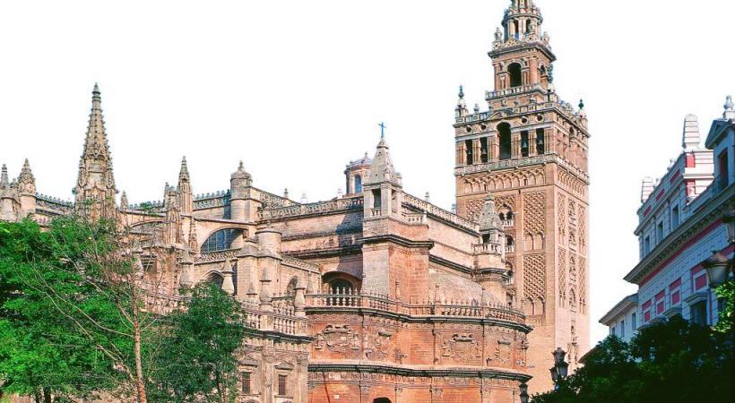 Le minaret de la cathédrale Giralda de Séville culmine à 76 mètres.