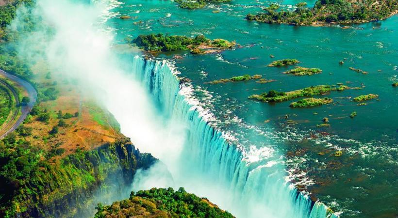Les chutes Victoria, à cheval sur la frontière entre le Zimbabwe (à gauche) et la Zambie (à droite). Spectaculaire!