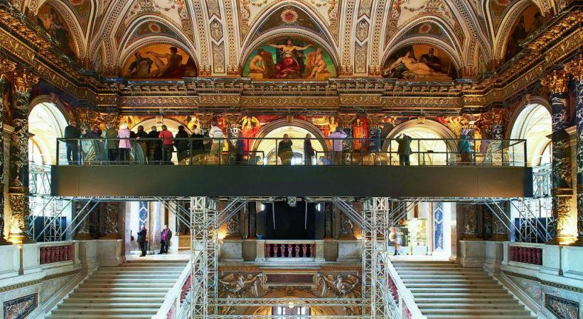 «The Klimt Bridge», une installation provisoire au Musée de l'histoire de l'art qui permet de toucher du regard des fresques uniques qui ne s'attendaient pas à être dévisagées de si près. Enchantement à pérenniser. KHM-MUSEUMSVERBAND