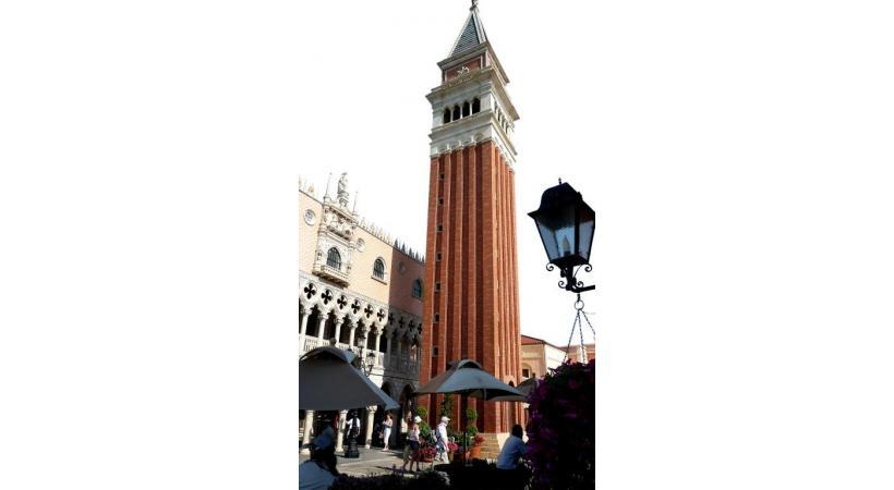 Le «Venetian» de Macao comprend un labyrinthe de canaux et une place St-Marc sous un ciel artificiel. BP A Las Vegas, aux Etats-Unis, les dimensions du «Venetian» dépassent l'entendement. DR A Epcot (Orlando), Venise s'est américanisée. BP A Macao, un décor vénitien aux allures hollywoodiennes. BP Le Venitian à Vegas. DR Une Venise modernisée à la marina de Singapour. BP