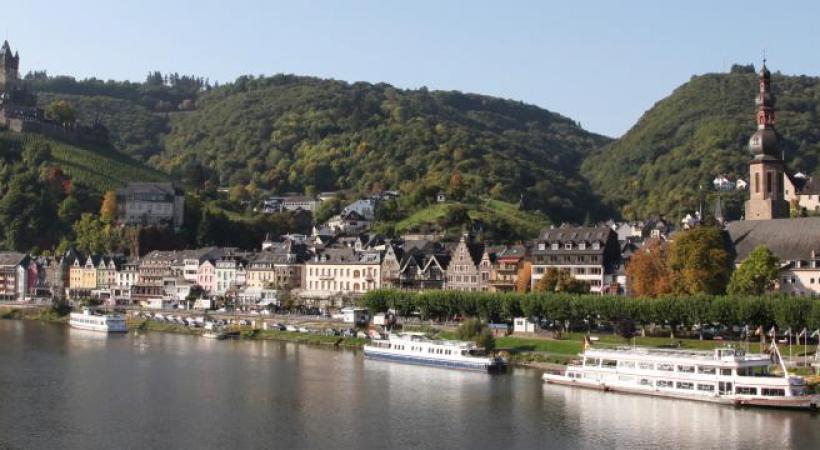 Le «MS Gérard Schmitter», du nom du fondateur de la compagnie CroisiEurope, sillonne paisiblement la vallée du Rhin et celle de la Moselle. Le château de Reichsburg domine Cochem, la ville médiévale au de la Moselle.  Le musée Gutenberg à Mayence, ville natale du célèbre imprimeur.  Mayence et sa place du marché très animée.