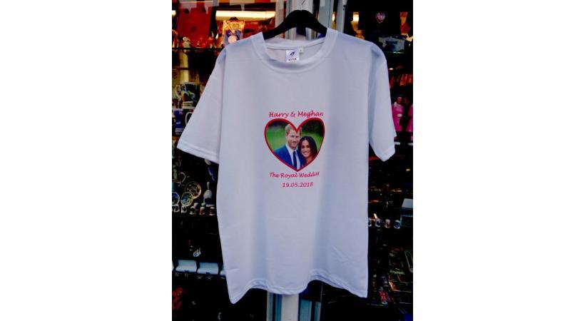T-shirt princier parmi d'innombrables pacotilles