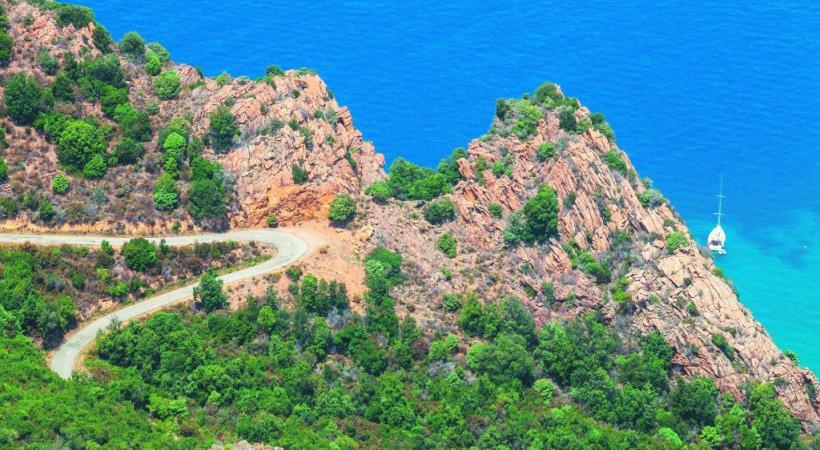 La ville de Bonifacio est posée sur des falaises blanches surplombant la Méditerranée. Epoustouflant! 123RF