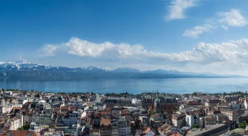 Christian Braut et son assistante Mathilde devant le panorama géant de Lausanne et du Léman.