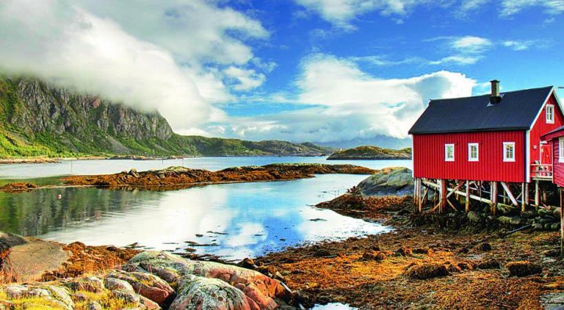 Dans les Lofoten, les pics semblent surgir de la mer à la base desquels sont posés de minuscules hameaux. 1,2,3 RF