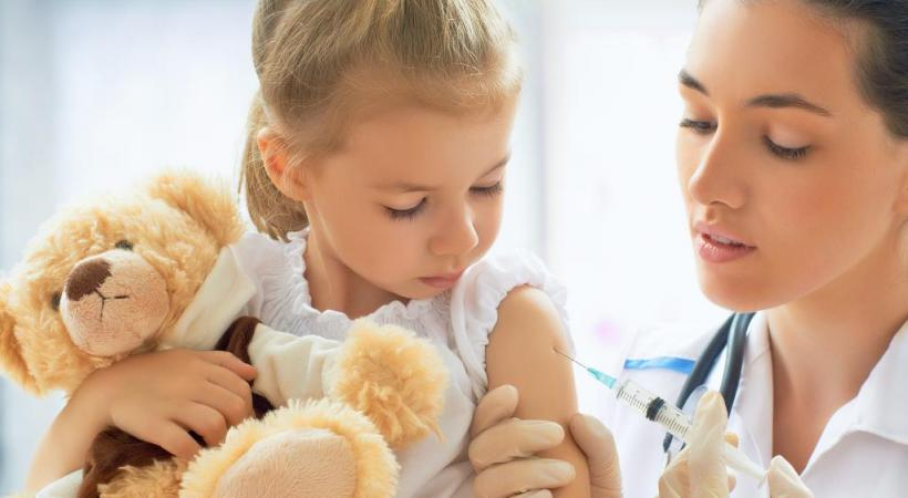 La vaccination a permis d'éradiquer de nombreuses maladies. En médaillon, le poumon d'acier, calvaire à vie pour les enfants qui survivaient à la polio.  DR