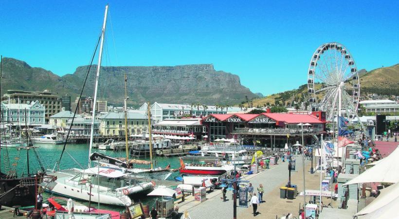 Le front de mer allie restaurants de qualité et attractions pour les familles.   PXHERE