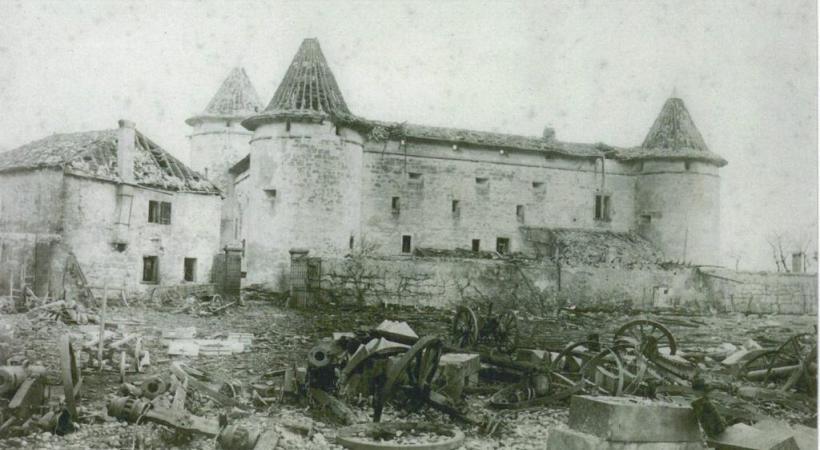 L'arsenal de Morges où eut lieu l'exposition et le monument rigé pour les victimes. DR